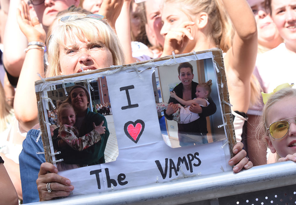 The Vamps fan sign - Sunday Concert, 15 July
