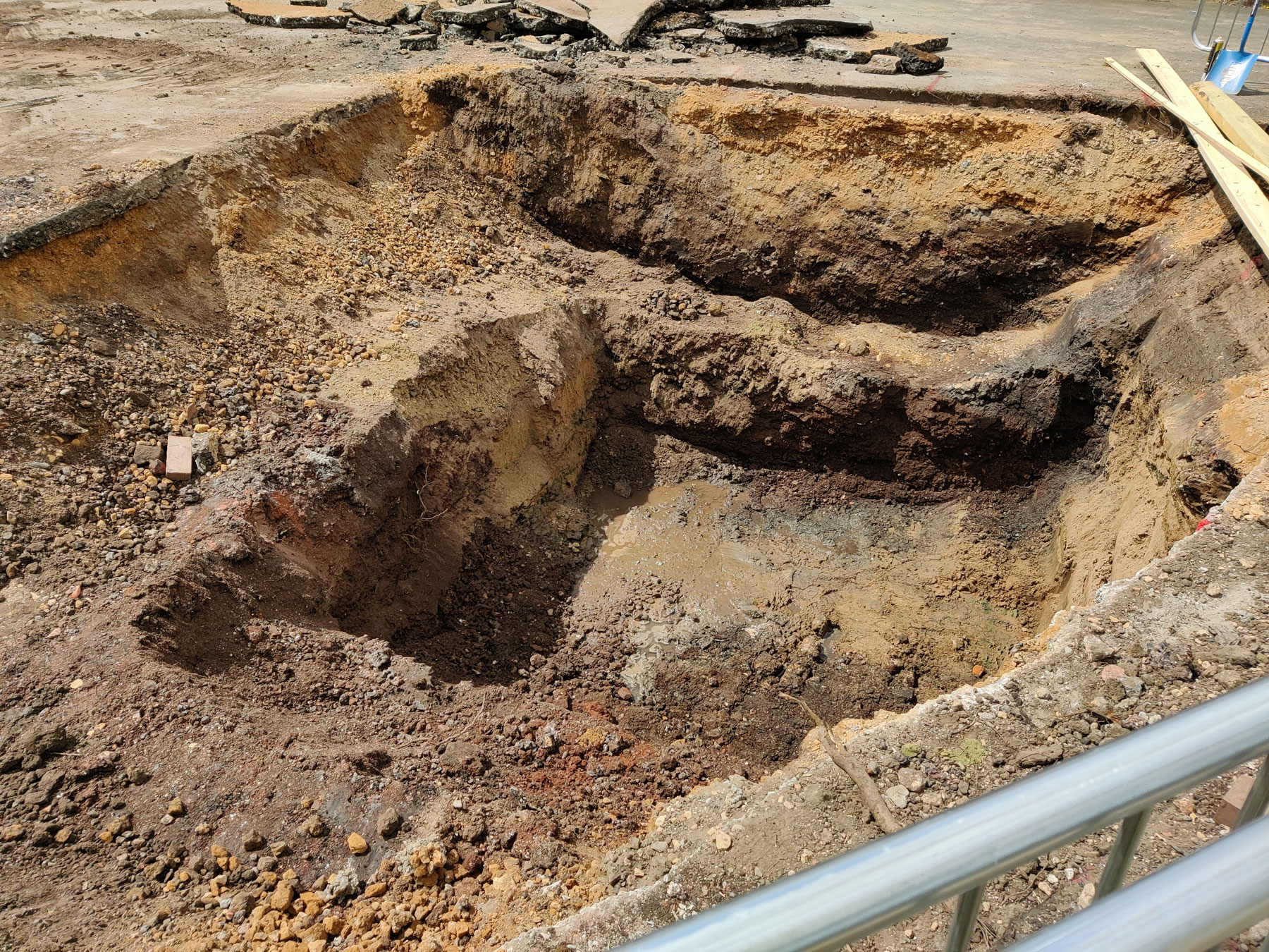 Excavated well drilling chamber
